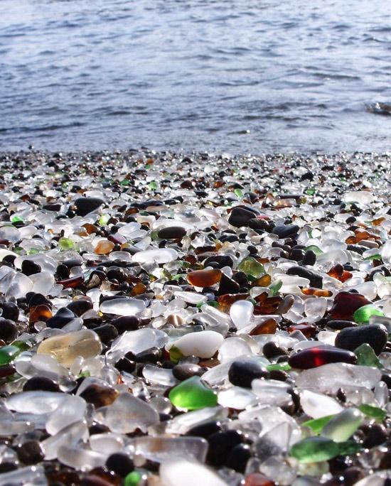Пляж полностью из стеклянной гальки
