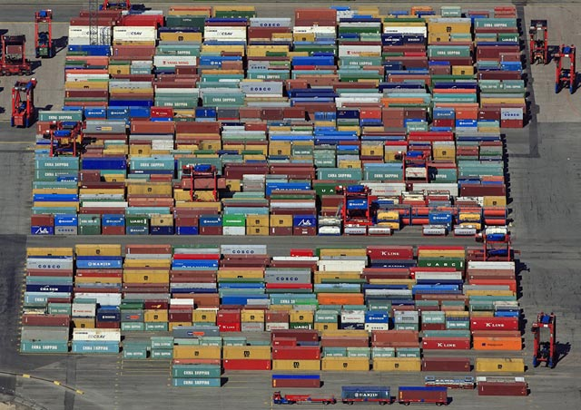 Портовый склад с контейнерами