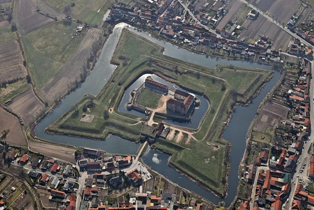 Крепость окруженная водой