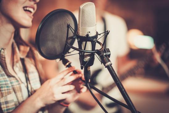Девушка-певица в звукозаписывающией студии